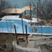 Форос, частный бассейн скиммерного типа, имеет встроенный иллюминатор, донный гейзер, противоток и гидромассажную стенку. Год постройки 2005