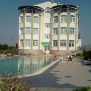 Черноморское, частный пансионат, бассейн переливного типа. Год постройки 2004