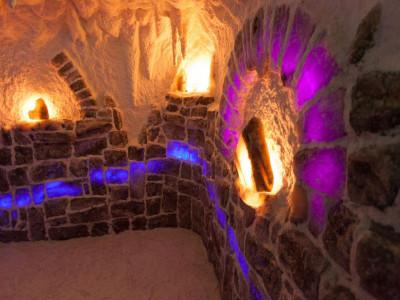 Соляная комната в частном доме, стены на половину выложены соляными блоками, верх стены и потолок  соляное напыление, рельеф до 10 см, система сталлоктитов,  (соль Артемовского месторождение)