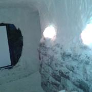 Соляная комната в частном доме, стены на половину выложены соляными блоками, верх стены и потолок  соляное напыление, рельеф до 10 см, система сталлоктитов, соляной кинотеатр,  (соль Артемовского месторождения)